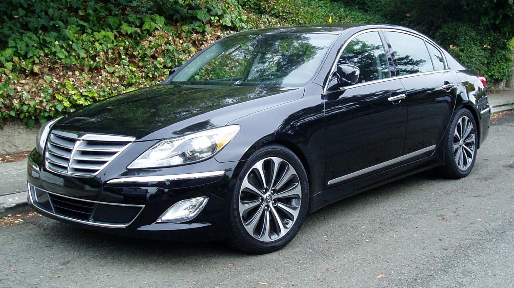 test drive 2012 hyundai genesis 5 0 r spec our auto expert. Black Bedroom Furniture Sets. Home Design Ideas
