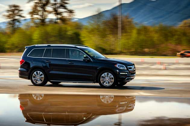 Mercedes-Benz-GL450-on-road