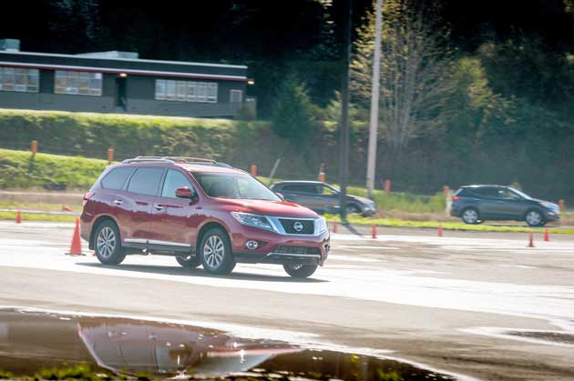 Nissan-Pathfinder-SL-on-roa