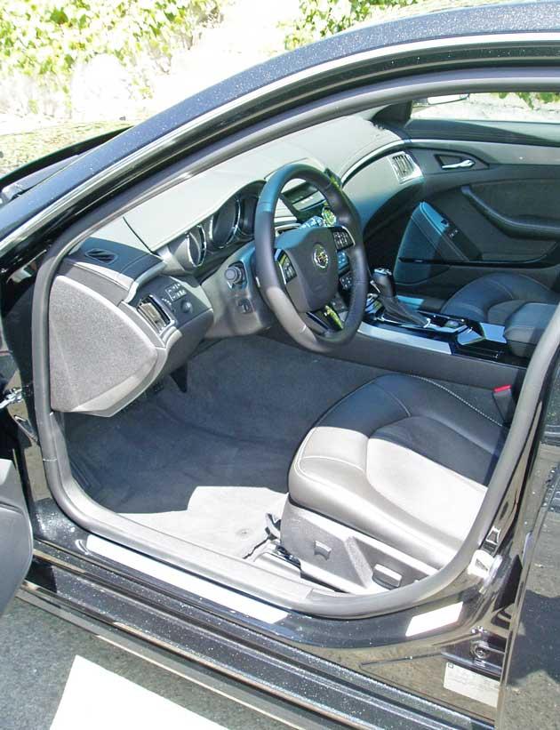 2013-Cadillac-CTS-V-Wagon-Int