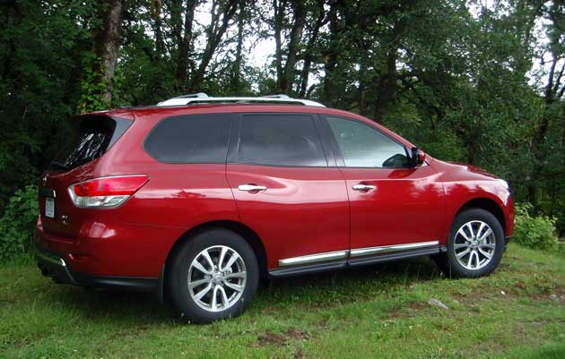 2013-Nissan-Pathfinder-side
