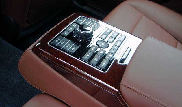 2014 Hyundai Equus rear controls