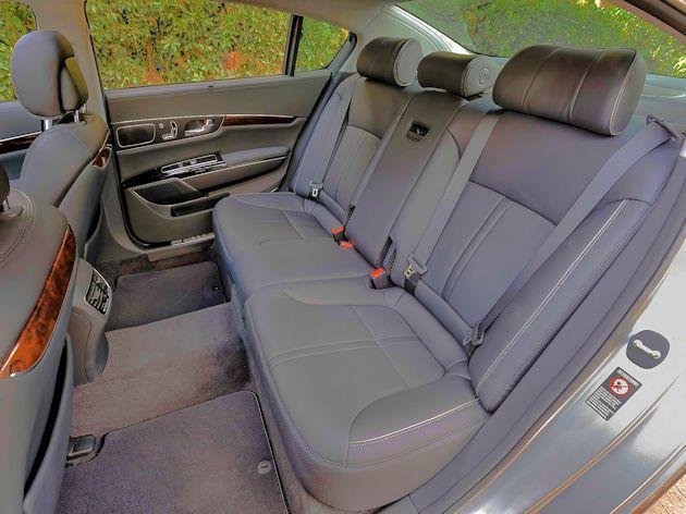 2015 Kia K900 rear seat