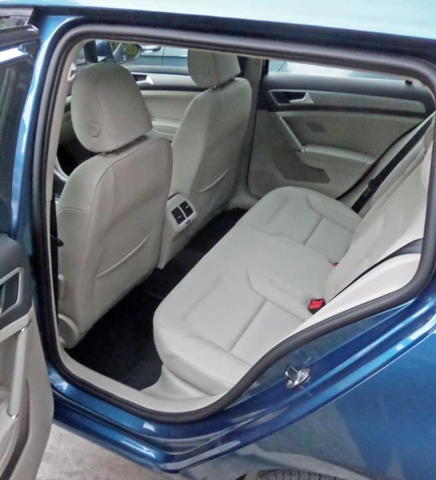 VW-Golf-SportWagen-RInt