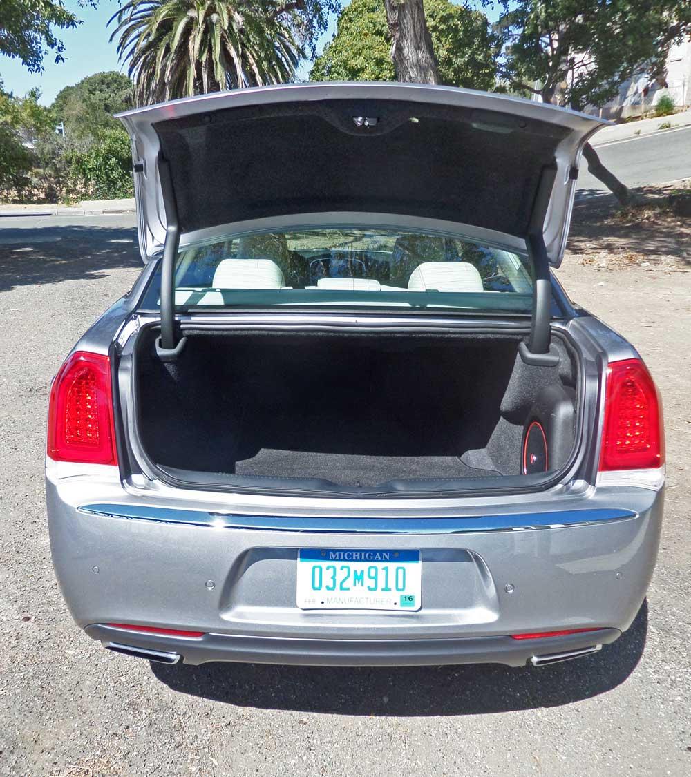 2015 chrysler 300c sedan test drive our auto expert. Black Bedroom Furniture Sets. Home Design Ideas
