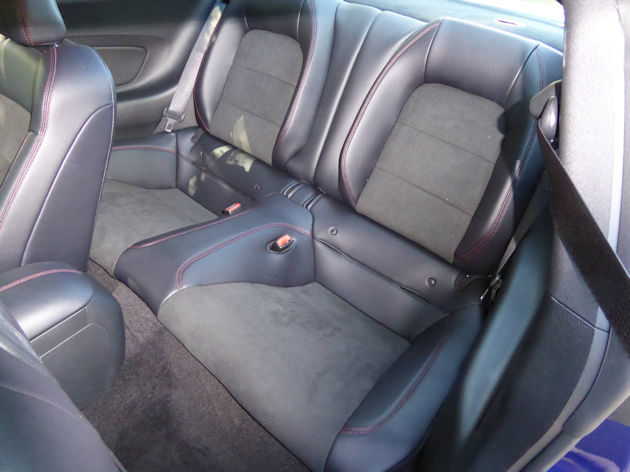 2016-ford-mustang-gt-coupe-rear-seat
