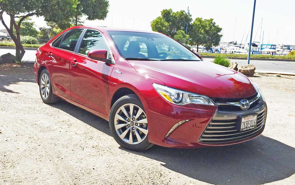 2016 toyota camry xle hybrid test drive our auto expert. Black Bedroom Furniture Sets. Home Design Ideas